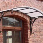 металлический козырёк с крышей из пвх